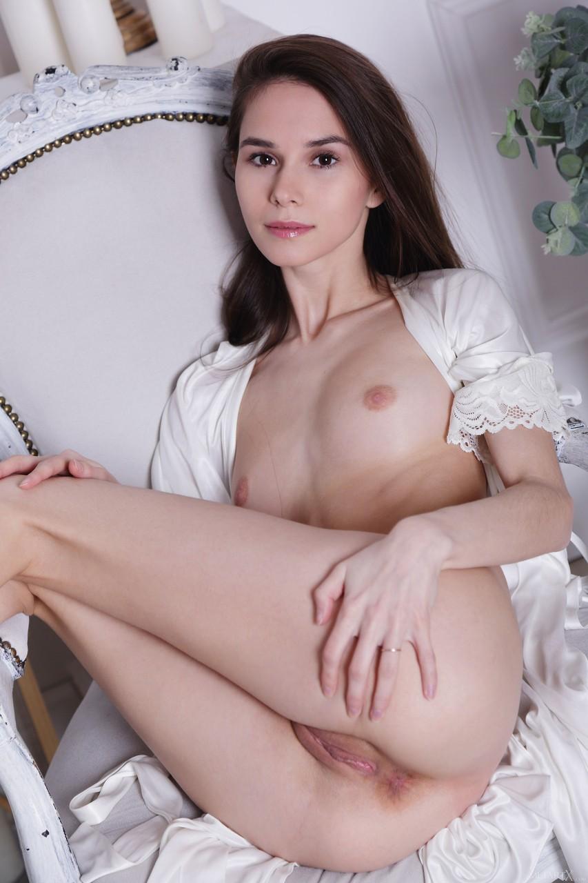 Брюнетка с маленькими сиськами сиди на стуле в кружевном халате и нежно ласкает шикарное тело постоянно мастурбирует