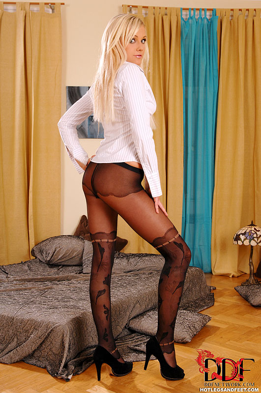 Длинноногая блондинка в чулках расстегивает блузу и нежно ласкает пилотку длинной секс игрушкой перед вебкой