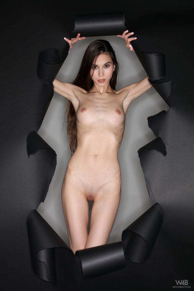 Худая модель нежно ласкает стройное тело и обеими руками раздвигает ягодицы, чтоб продемонстрировать влажную киску и анальную щелку