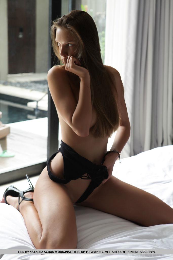 Брюнетка на высоких каблуках распахнула дверь балкона и совершенно голой начала ласкать свое тело на большой постели