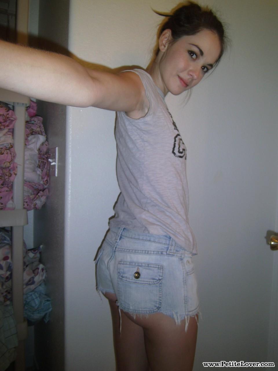 Брюнетка позирует перед зеркалом в гардеробной комнате и фотографирует обнаженное тело в разных позах