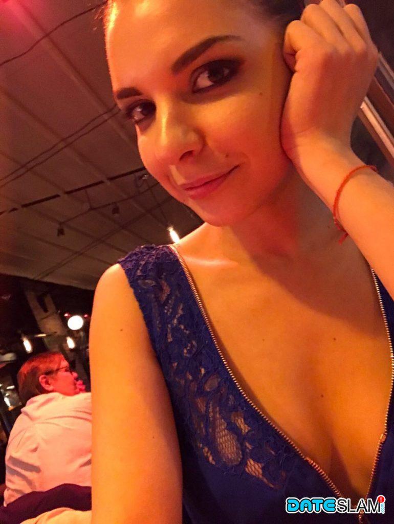 Брюнетка с красивой улыбкой делает сексуальное селфи и постоянно демонстрирует торчащие соски