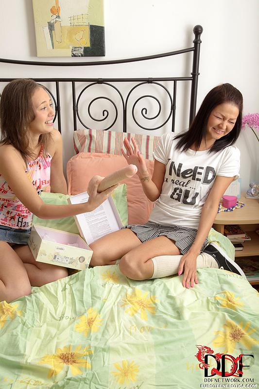 Две подруги в белоснежных носках ласкают промежности пальцами и вставляют в анальные дырочки секс игрушки, а в киски язычки