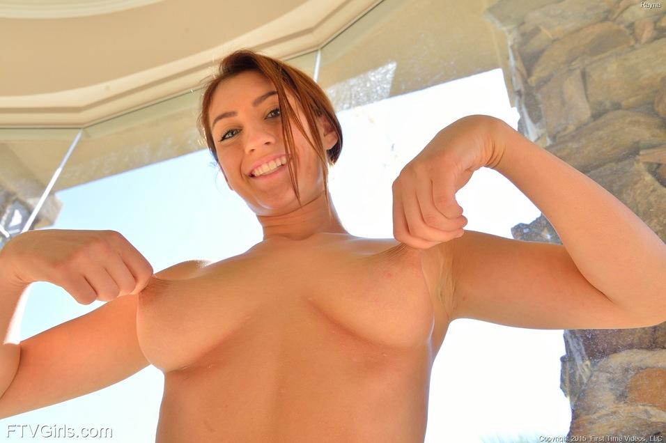 Брюнетка пальцами растягивает большую пилотку и трахает себя несколькими секс игрушками от которых испытывает фонтанный оргазм