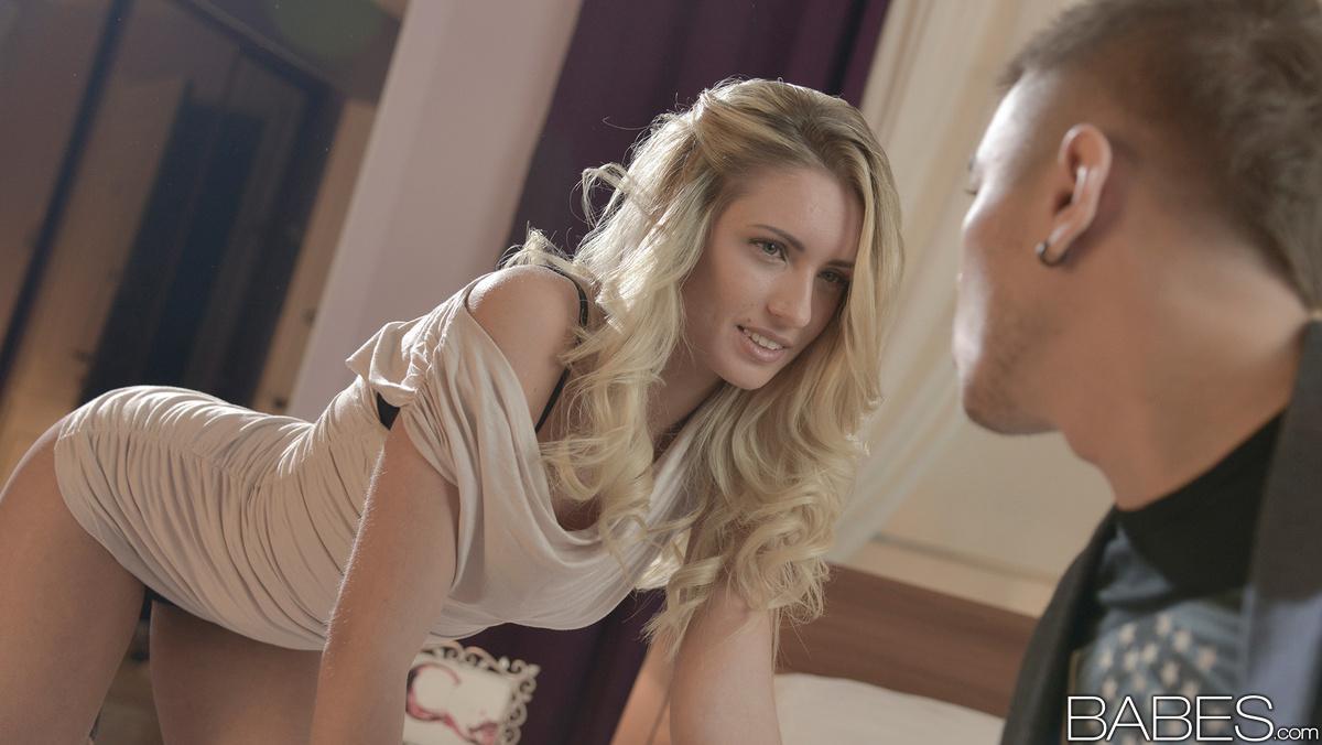 Сексуальная блондинка с красивой талией язычком ласкает головку члена и дрочит обеими руками и периодически скачет на пенисе