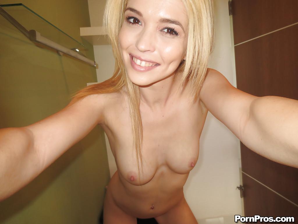 Блондинка голой позирует в ванной и делает эротические фото со всех ракурсов  и постоянно мастурбирует перед вебкой