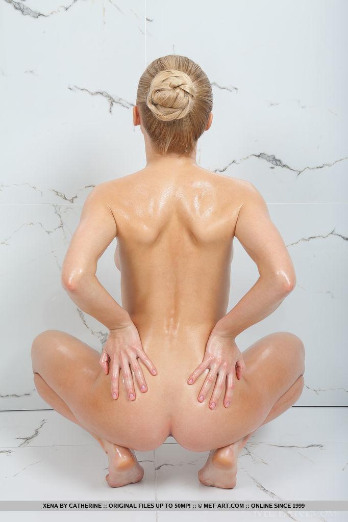 Гибкая блондинка обмазывает тело маслом и демонстрирует кремовую пилотку и натуральные сиськи крупным планом