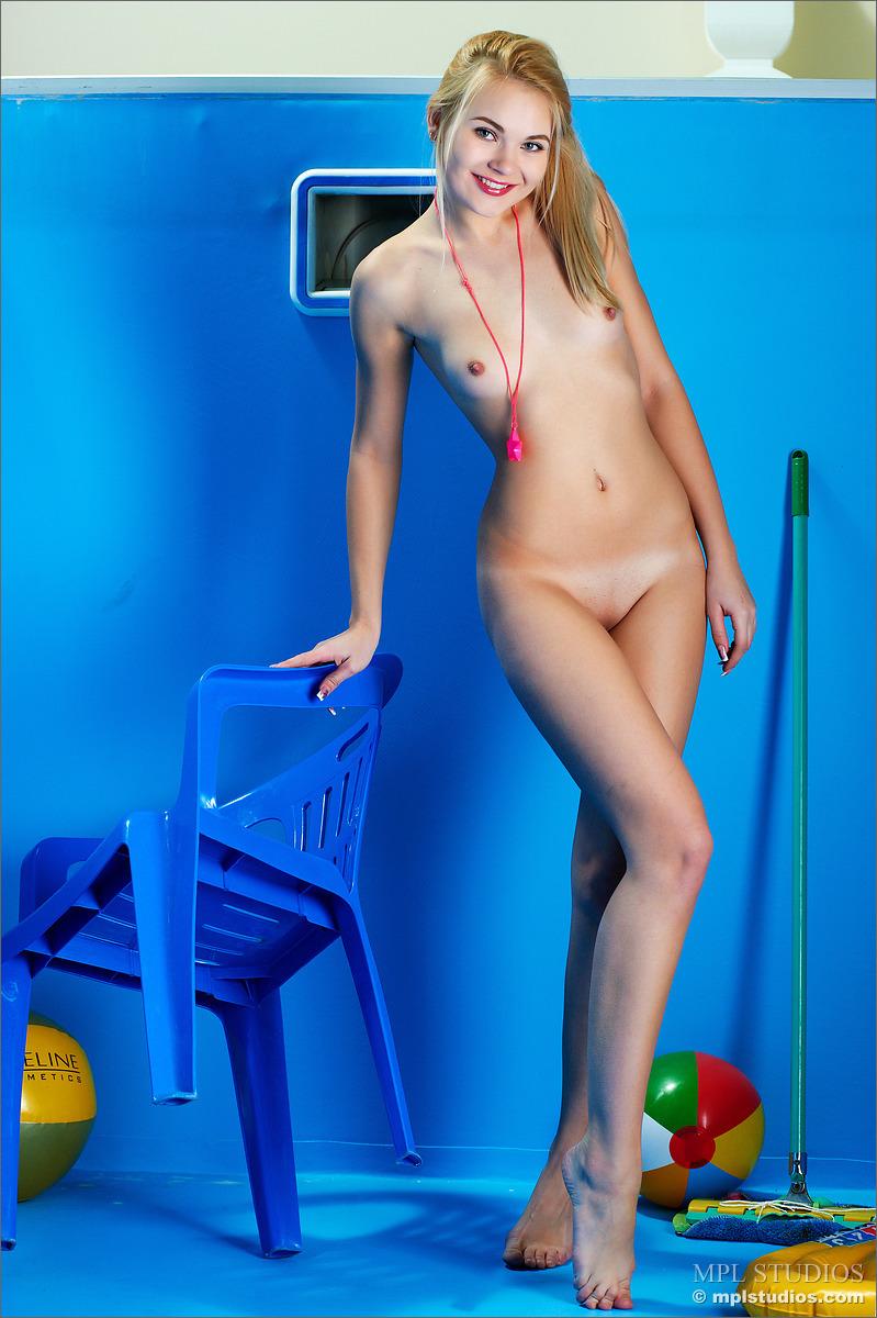 Спортивная блондинка сделала в комнате уборку и продемонстрировала гладко выбритую киску с небольшими половыми губами