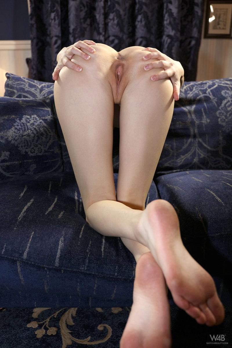 Худышка в красивом белье нежится на диване и обеими руками сжимает натуральные сиськи второго размера