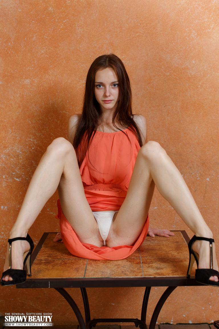 Плоскогрудая девушка со стройными ногами сняла трусики и показала гладко выбритую пилотку крупным планом