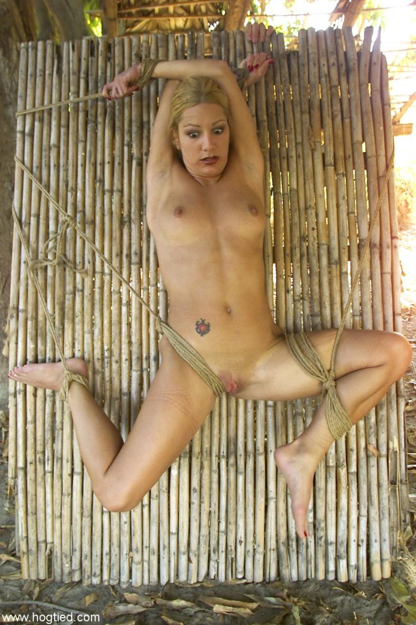Мужик привязал зрелую мамку к бамбуковому ложу и длинной секс игрушкой довел ее до бурного оргазма