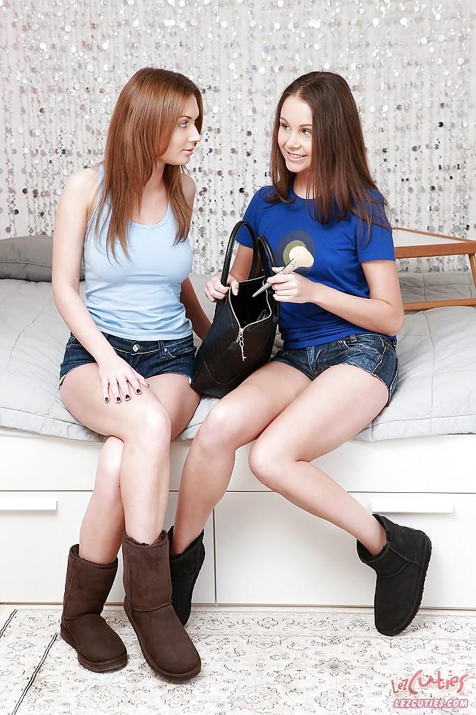 Лесбиянки в необычных позах лижут пилотки друг друга и делают жесткий анальный фистинг нежный анилингус