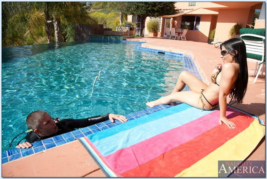 Брюнетка в купальнике соблазнила иностранца возле бассейна и отдалась ему в отеле на большом белом диване