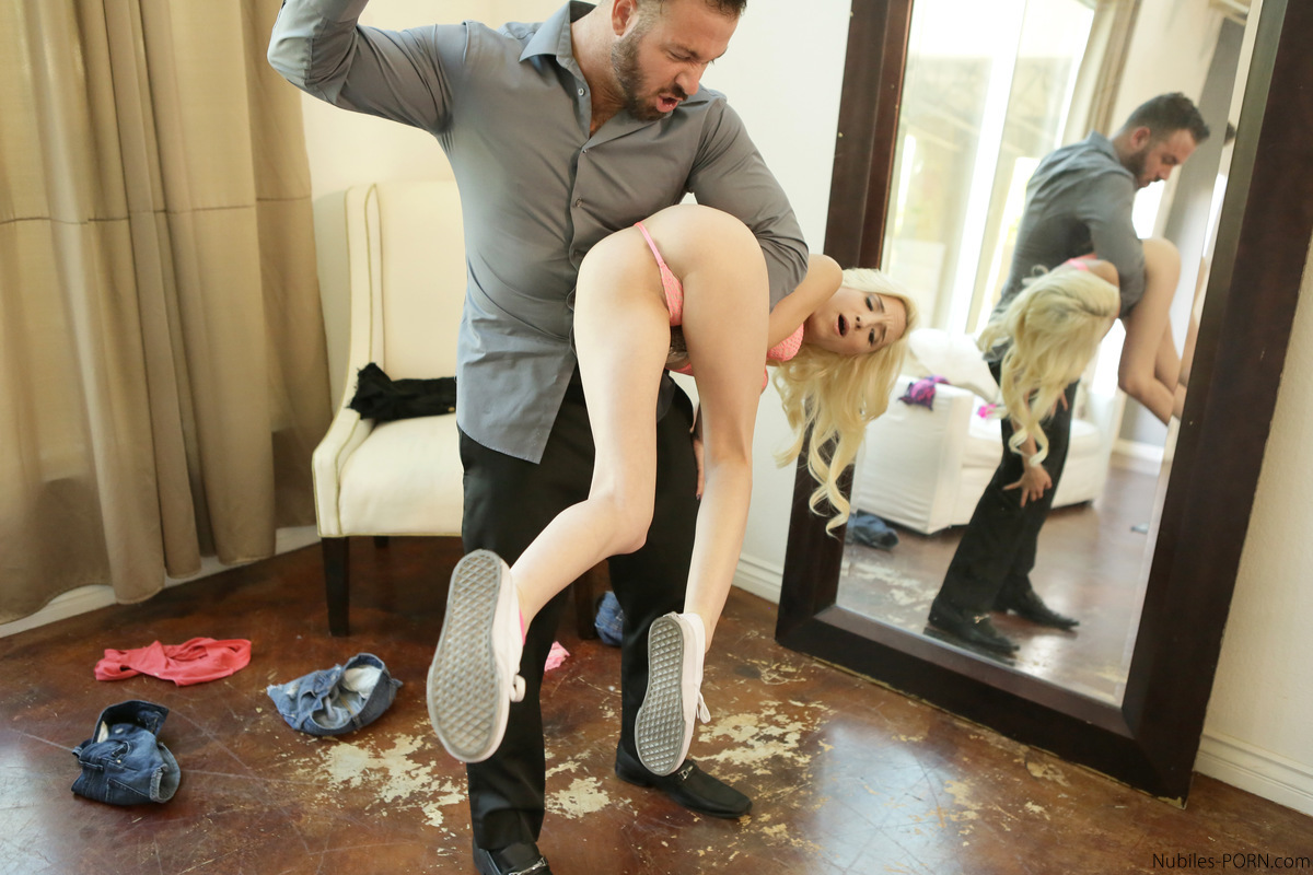 Небритый качок раздел блондинку в короткой юбке и трахнул ее в позе наездницы во время ее сольного анального фистинга