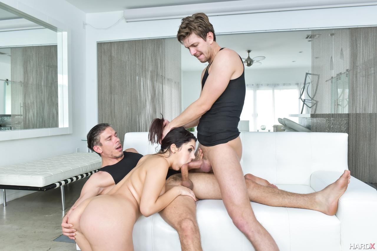 Брюнетка в кожаном боди трахается с двумя мускулистыми парнями и стонет от двойного проникновения крупным планом