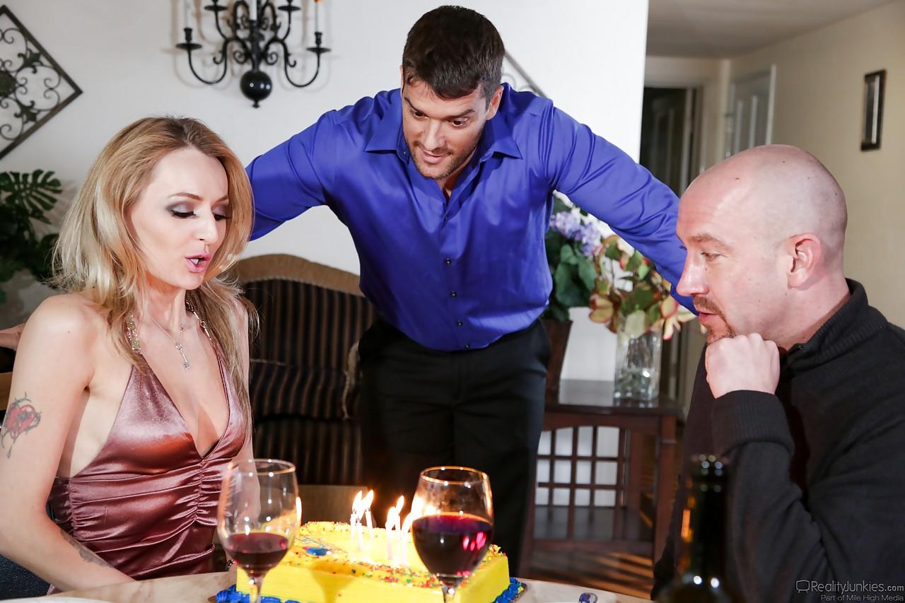 Брюнетка с большой глоткой трахает деловых мужиков киской и получает сперму в рот после двойного отсоса