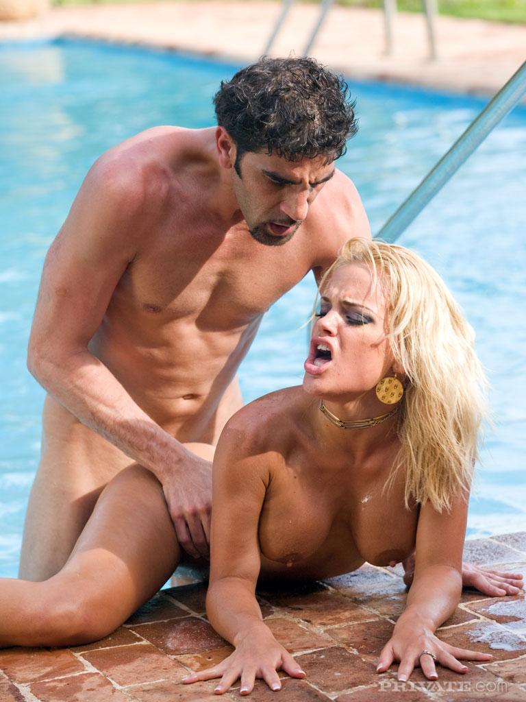 Возбужденная блондинка уложила мужика на спину и трахнула его попкой и глубокой глоткой публично возле бассейна