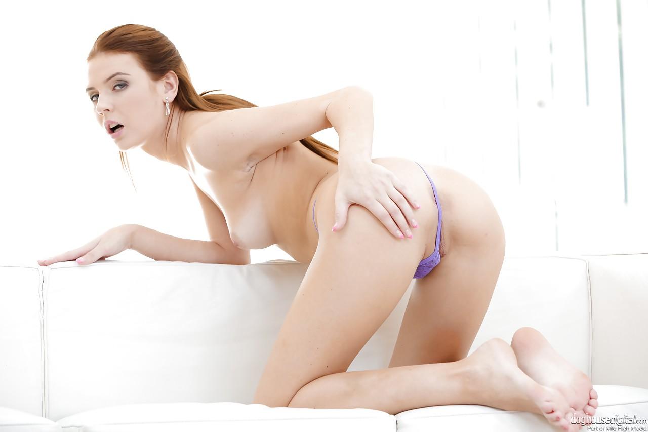 Анальный секс с компанией возбужденных парней заканчивается для длинноногой брюнетки глубоким отсосом и потоком спермы на сиськах