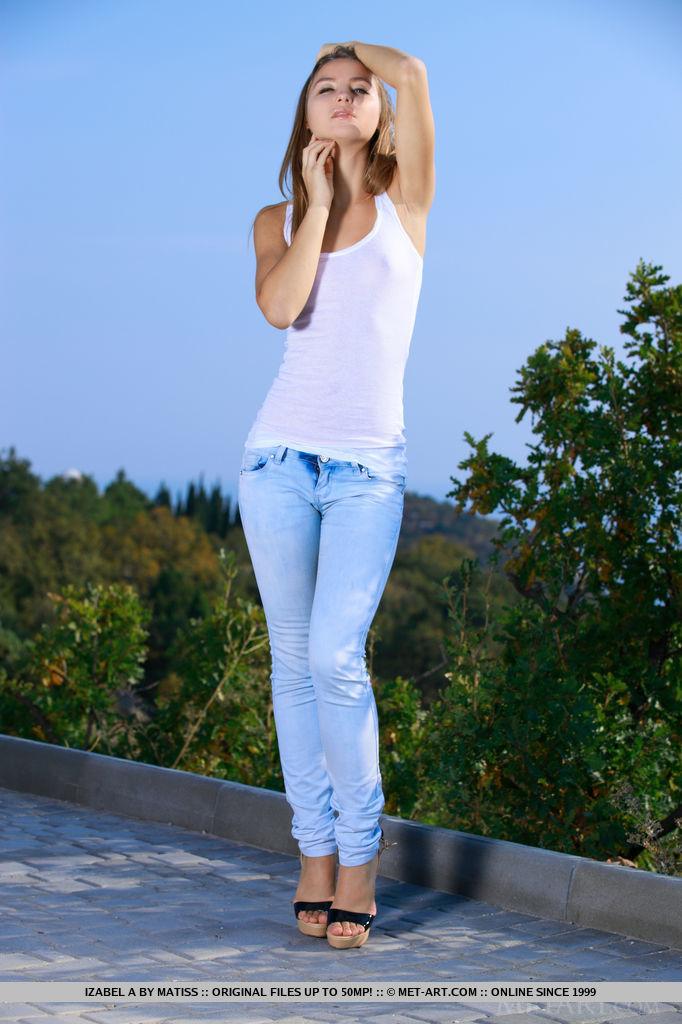 Гибкая худышка показывает красивое тело на свежем воздухе и нежно ласкает внешние половые губы и небольшие сиськи