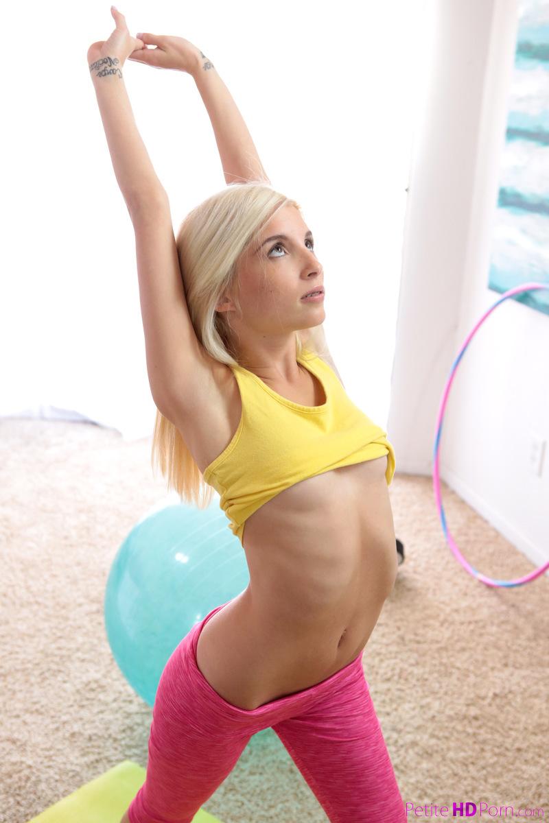 Голая блондинка соблазнила спортивного мужика и отдалась ему на фитболе крупным планом переб веб-камерой