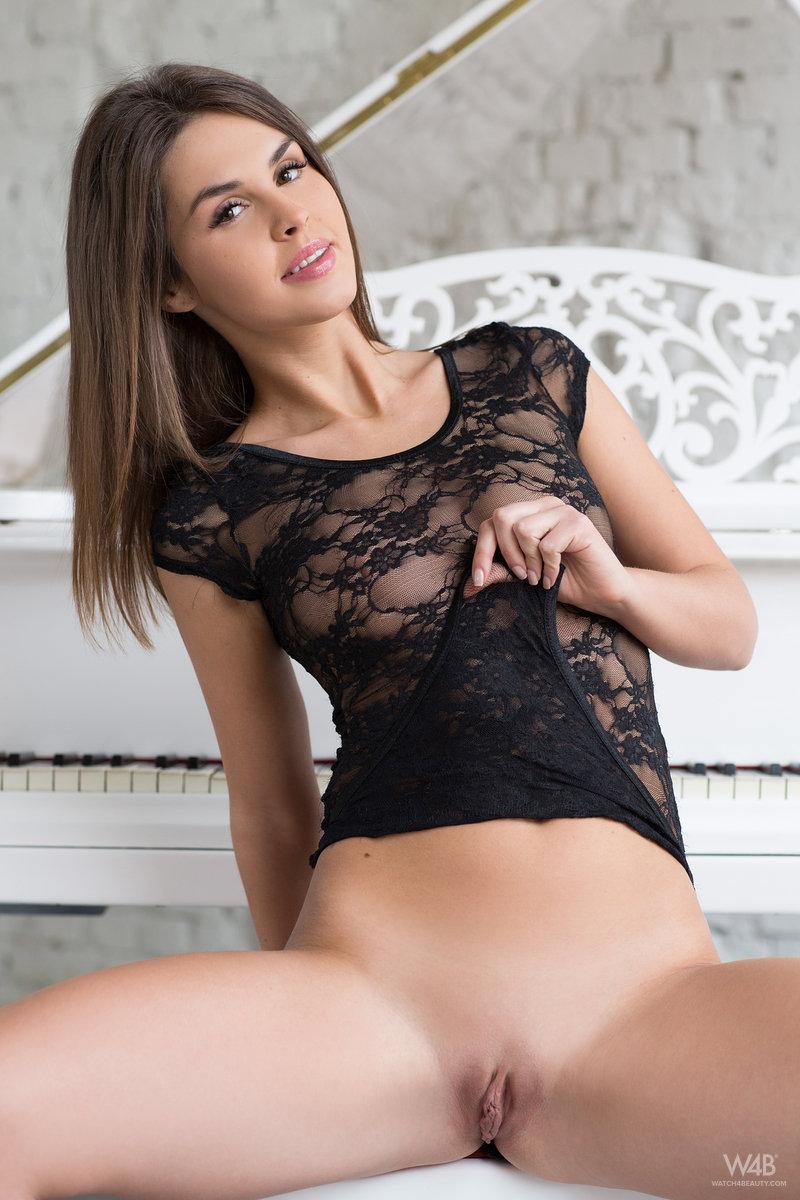 Брюнетка на каблуках эротично нагибается над пианино и совершенно голой наигрывает одну из известных мелодий
