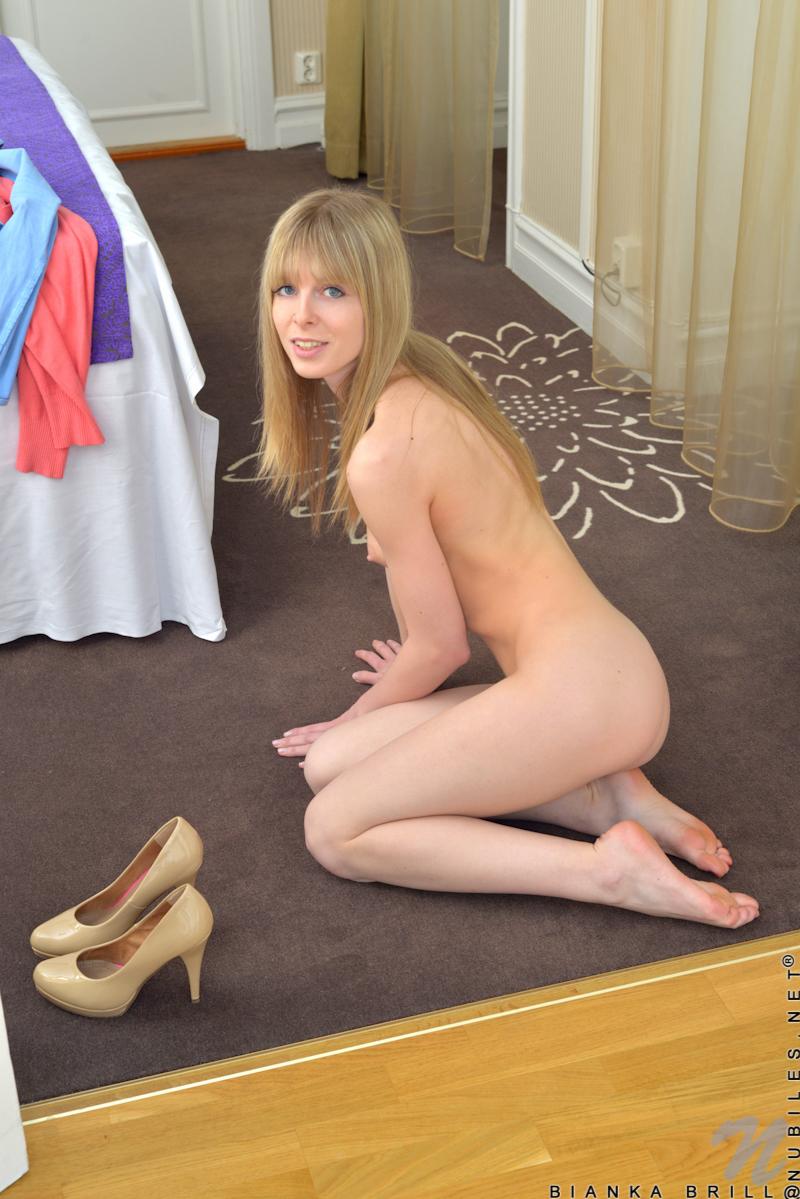 Опытная телочка демонстративно раздевается и мастурбирует крупным планом на полу перед вебкамерой