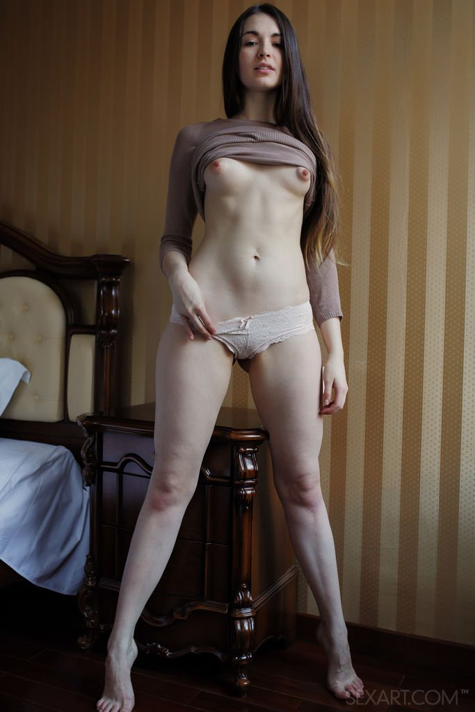 Девушка с торчащими сосками раздевается у она и с наслаждением нежно ласкает гладко выбритую пилотку и и небольшую грудь