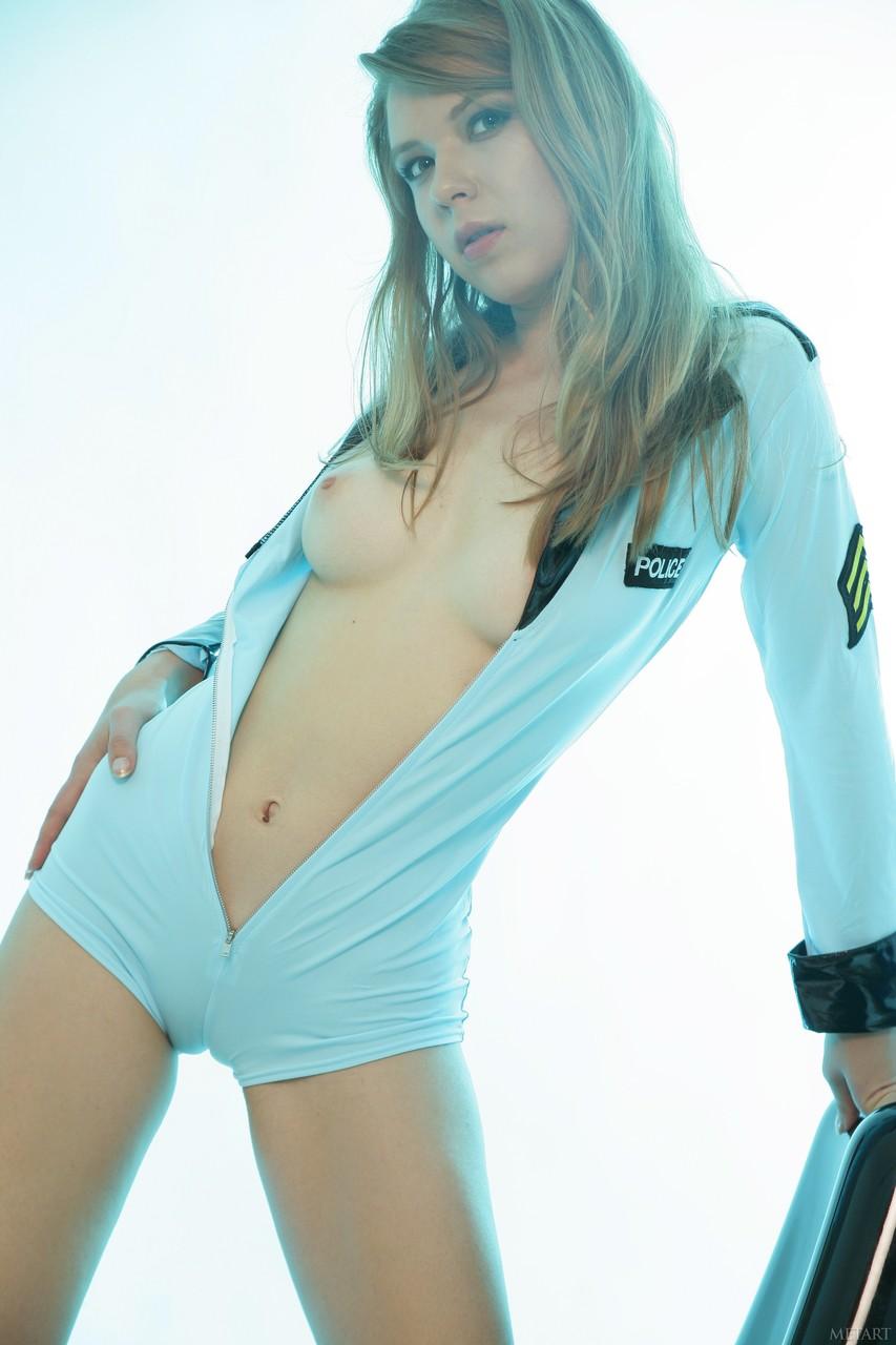 Сексуальная девушка расстегивает белоснежный боди и показывает натуральные сиськи, затем демонстрирует упругую попу