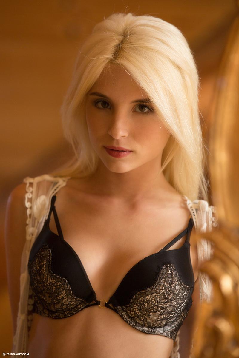 Голая блондинка лежит на постели и пальцами трахает себя в разных позах, пока не начинает течь от вагинального фистинга