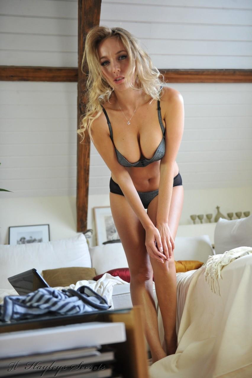 Блондинка с большими дойками крупным планом показывает набухшие соски и демонстрирует пилотку с необычной стрижкой