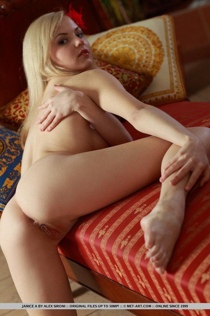 Блондинка с цветком в волосах раздвинула ноги и показала с разных ракурсов кремовую пилотку и упругие ягодицы
