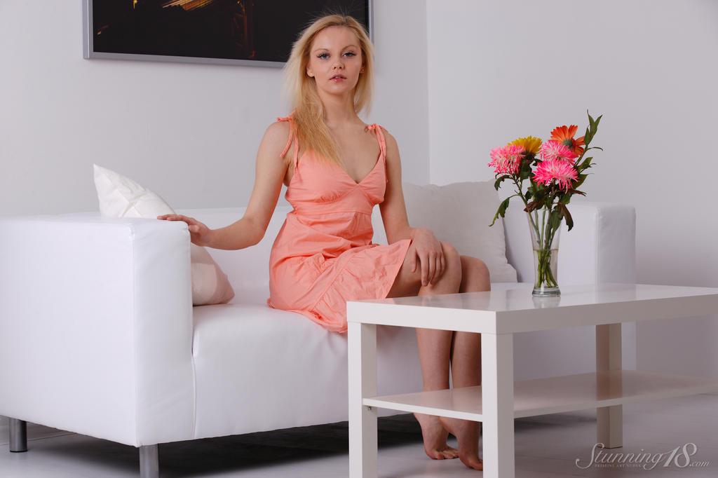 Блондинка сняла короткое платье и стала раком, чтоб показать не только аппетитные ягодицы, но и кремовую киску