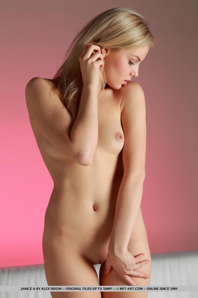 Худышка в кружевных чулках совершенно голой делает березку и показывает свою шикарную осанку с красивой фигурой