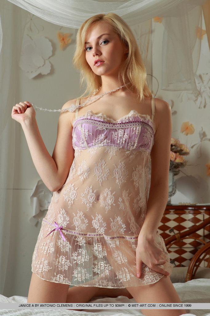 Сиськи порно фото девушек в ночных сорочках чешками онлайн