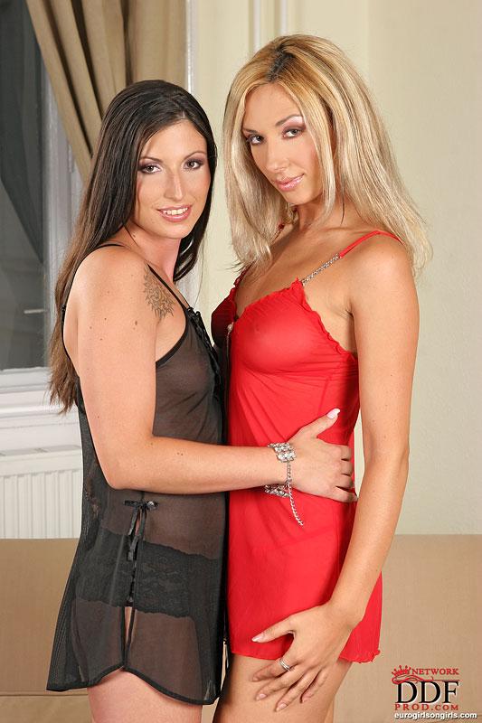 Блондинка в красном белье трахается с похотливой брюнеткой на диване и вводит ей в дырочку двусторонний дилдо