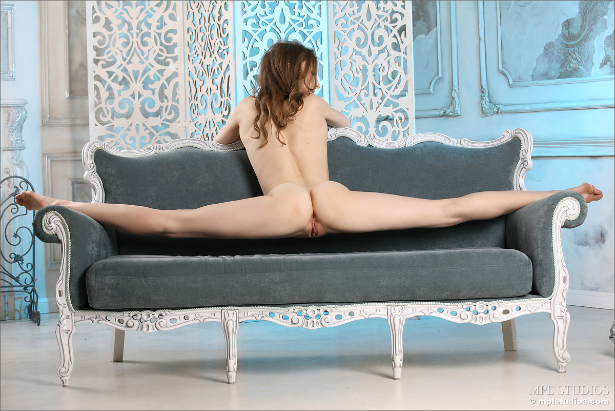 Гимнастка раздвигает ноги так, что в шпагате ее гладко выбритый лобок и аппетитные ягодицы видны с лучших ракурсов