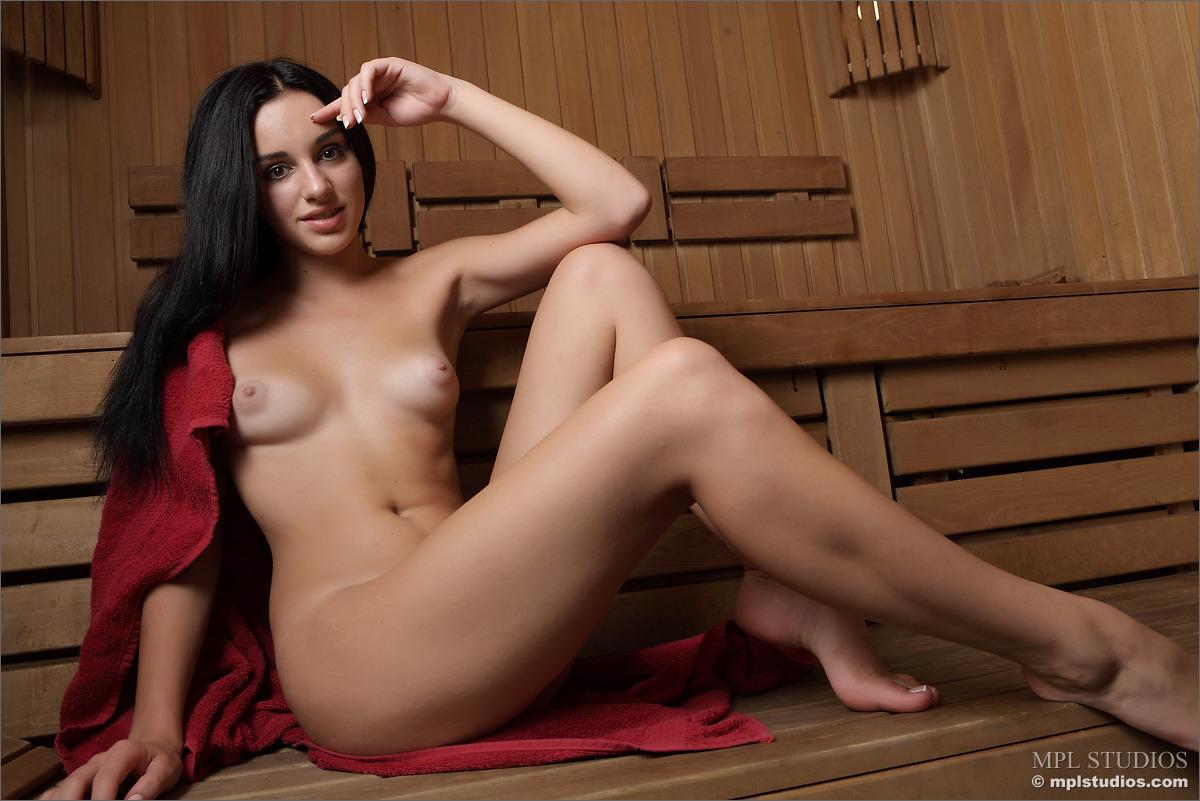 Стройная брюнетка парится в сауне и сбрасывает с себя полотенце, чтоб показать красивое тело и пикантные места