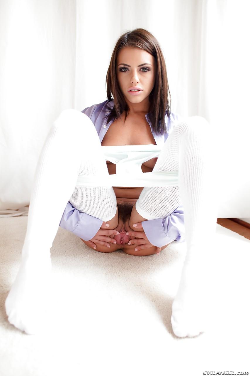 Трио раскрепощенных лесбиянок в одинаковых блузах и в белоснежных чулках стоят раком и вылизывают пилотки
