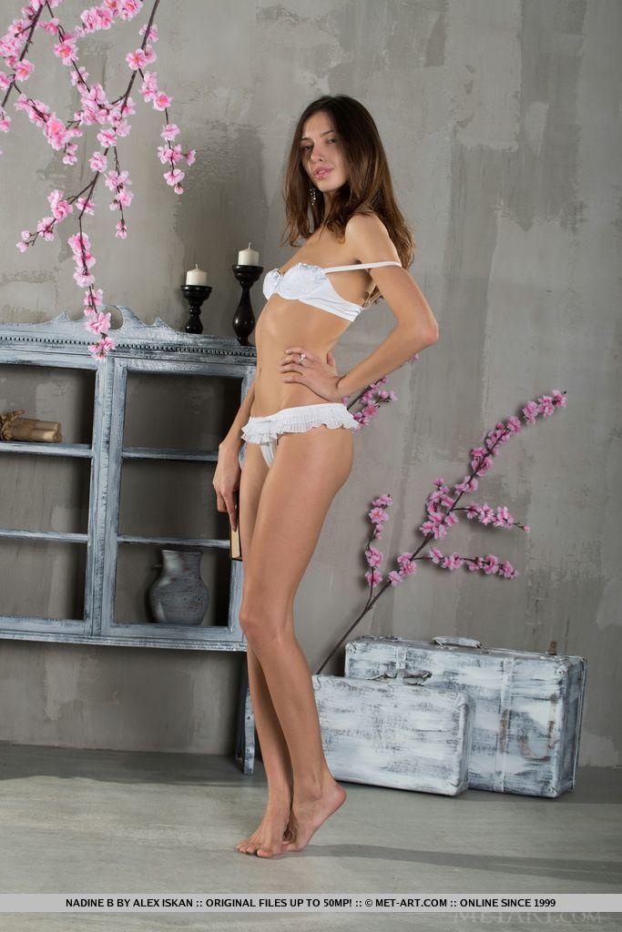 Брюнетка модельной внешности любит позировать совершенно голой от чего получает удовольствие и наслаждение
