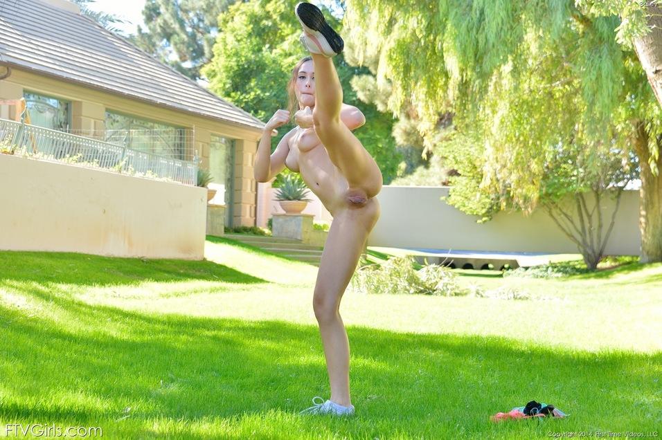 Девушка после утренней пробежке раздевается прямо в парке и сидя на корточках вводит в киску секс игрушку