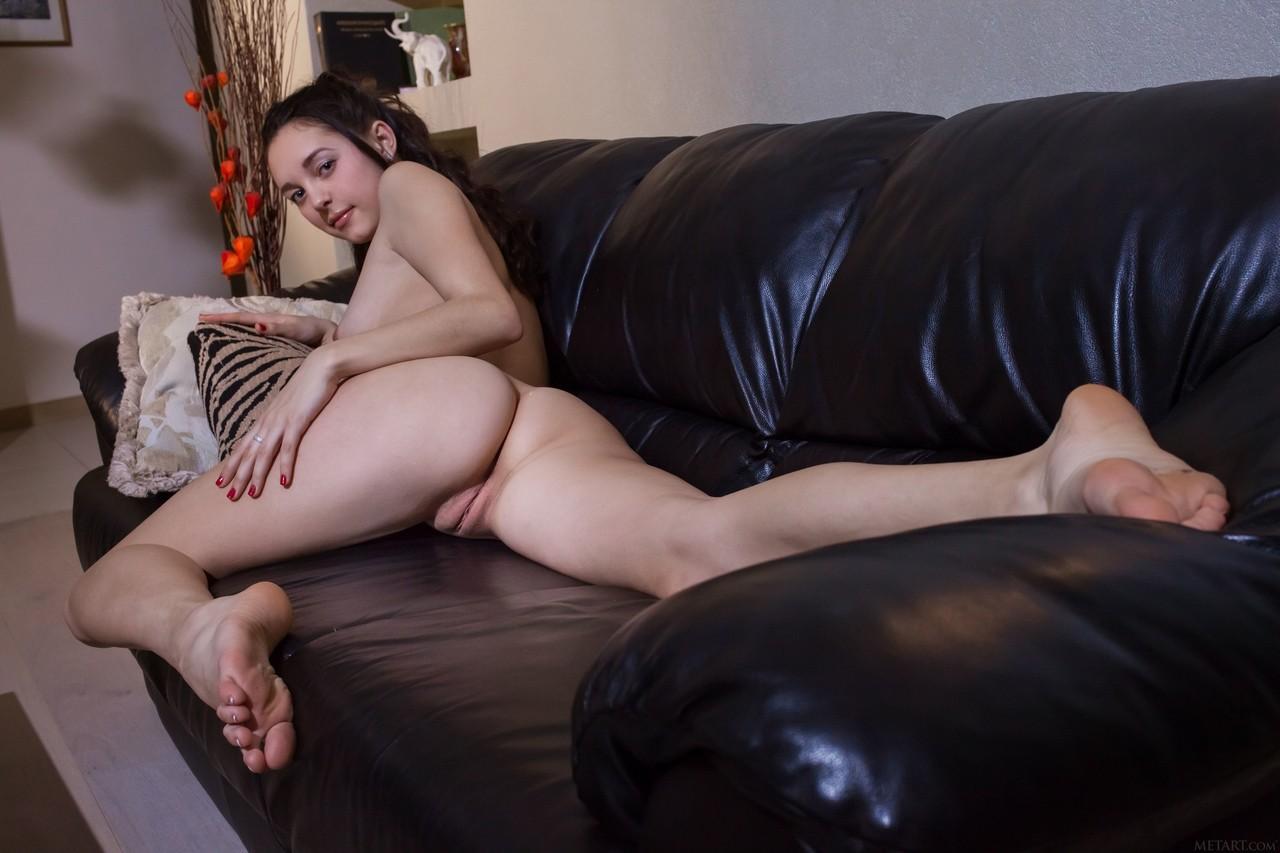 Брюнетка снимает трусы и после того как задирает ноги начинает увлеченно трясти ягодицами и небольшими сиськами
