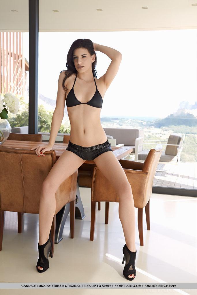 Худая брюнетка на высоких каблуках снимает красивое белье и раздвигает ноги лежа на столе в необычных позах