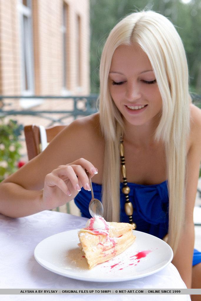 Блондинка съела сладкий кусочек торта и раздвинула ноги, чтоб показать кремовую пилотку и шикарную растяжку