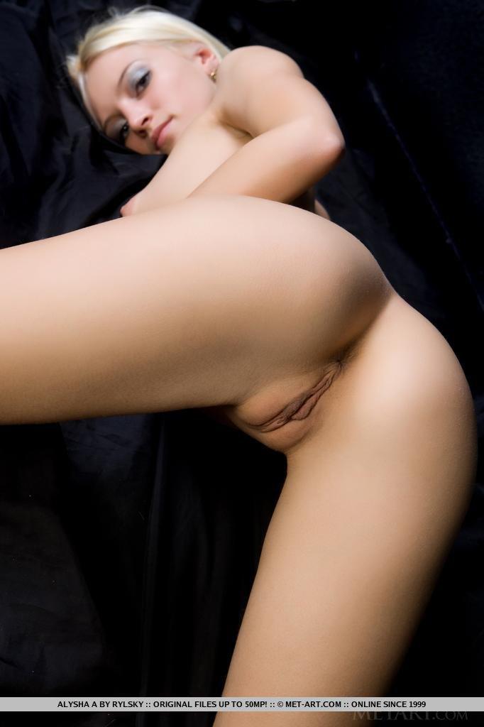 Светловолосая балерина без нижнего белья становится раком и демонстрирует упругие ягодицы и тугие анальную и вагинальную щелки