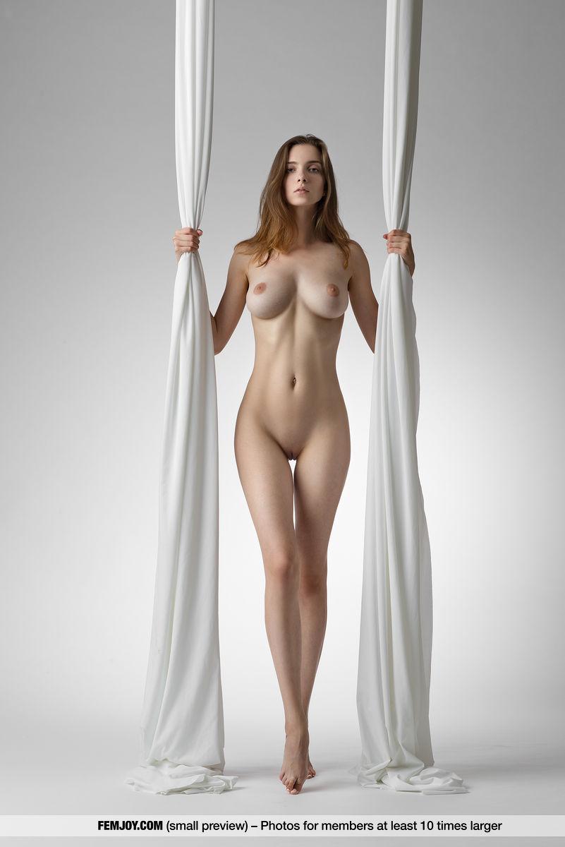 Голая гимнастка позирует с лентами и тая интригу показывает то кремовую пилотку, то небольшие натуральные сиськи с торчащими сосками