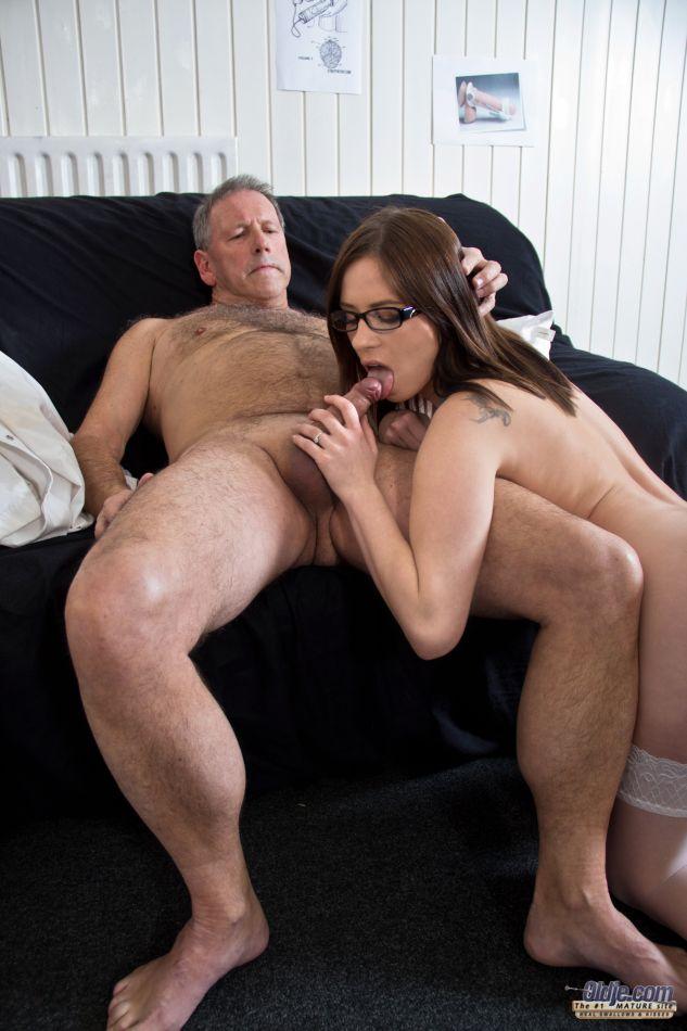 Зрелый мужик трахается с молоденькой брюнеткой в очках на большом диване, пока не заливает спермой ее пилотку