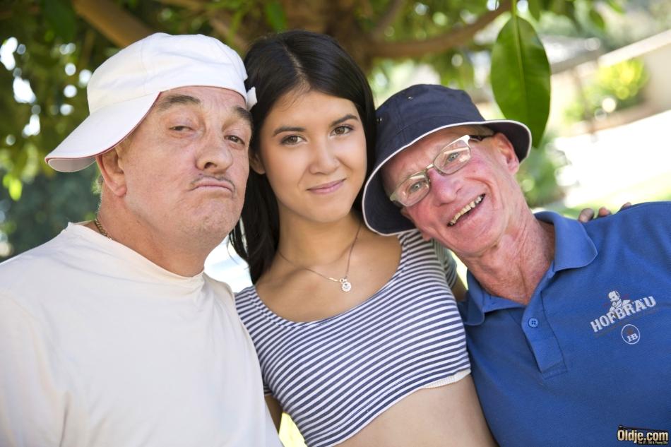 Зрелый мужик на пикнике оттрахал молоденькую брюнетку в гладко выбритую пилотку и обкончал ее лицо и небольшую грудь