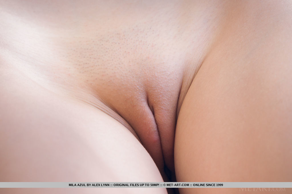 Грудастая стройняшка снимает белую блузу и трахает себя пальцами лежа на спине крупным планом перед вебкамерой
