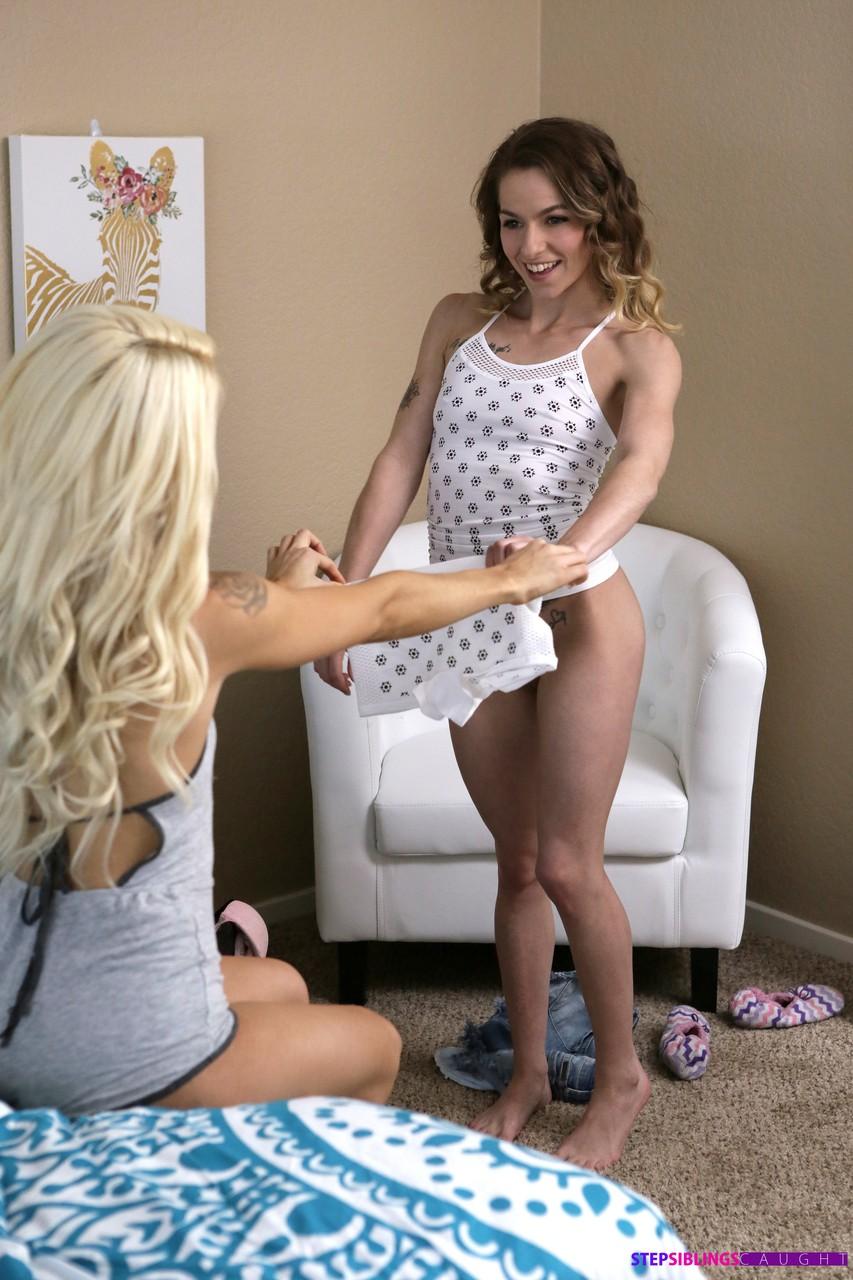 Девушки примеряют красивое белье и совершенно голыми отдаются молодому человеку с длинным пенисом