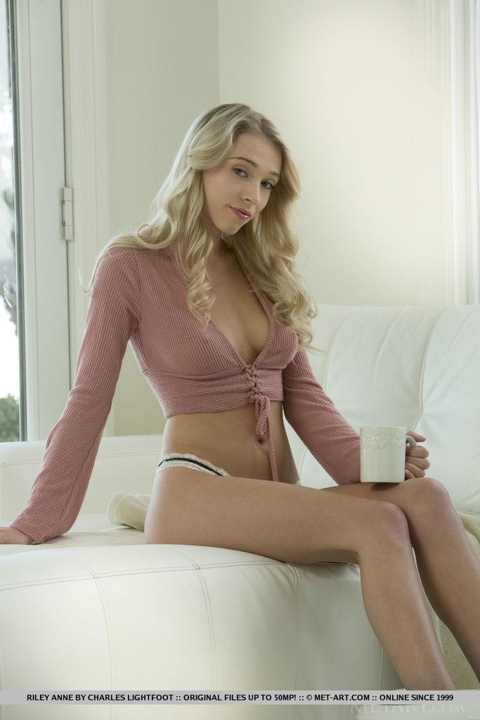 Блондинка сняла стринги и потрясла большими половыми губками и красивыми натуральными сиськами прямо перед вебкой